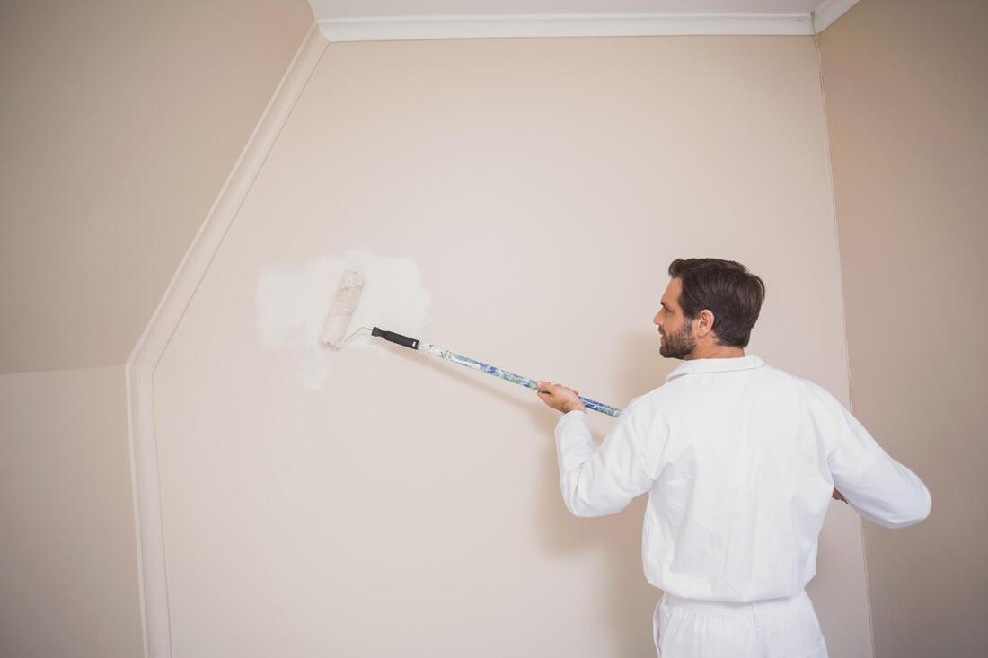 professional painter doing faux finishes